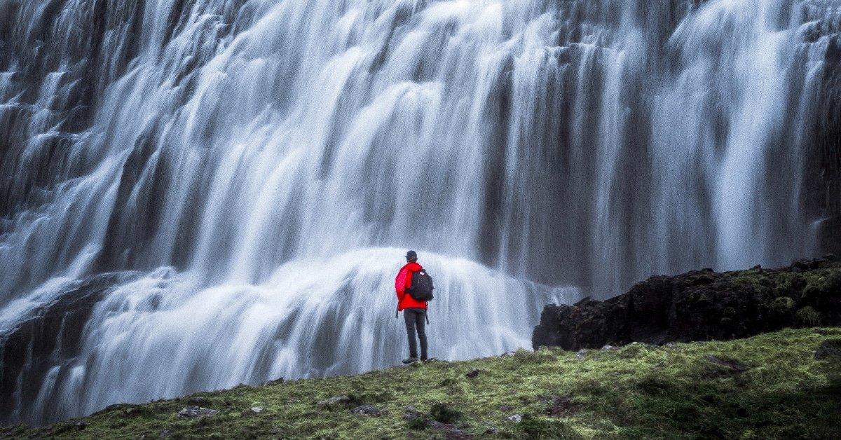 uomo davanti a cascata - zaini impermeabili