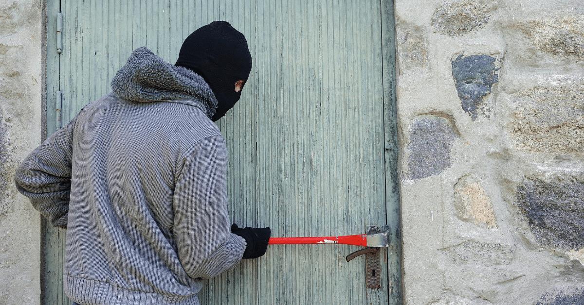 ladro usa piede di porco per aprire porta - proteggere casa dai ladri
