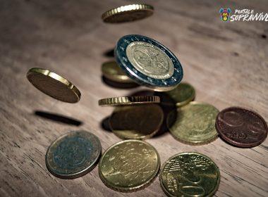 euro in monete che cadono su un tavolo