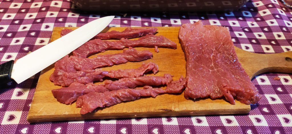 Taglio della carne per beef jerky fatto in casa